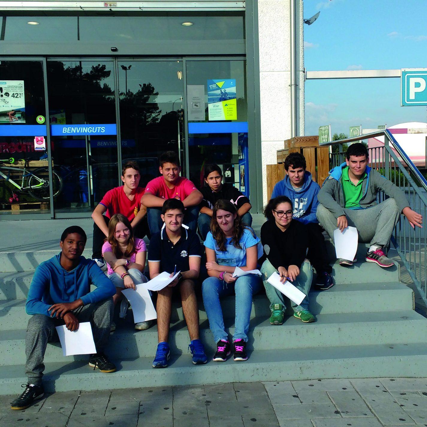 Àrea de formació - grup de joves al Decathlon durant una càpsula formactiva de la Fundació Astrid-21