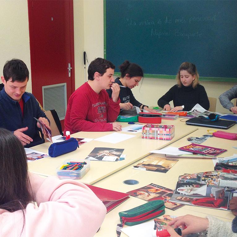 Grup de joves durant un taller de l'Àrea ocupacional. Activitats i suport a persones amb necessitats especials.